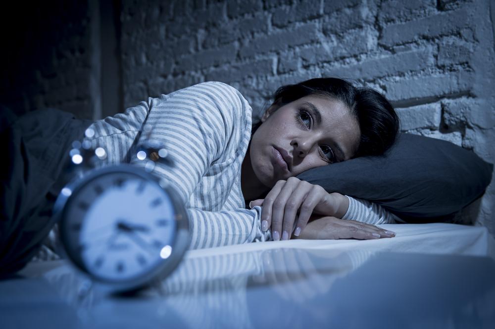 junge frau kann nicht schlafen bei nacht