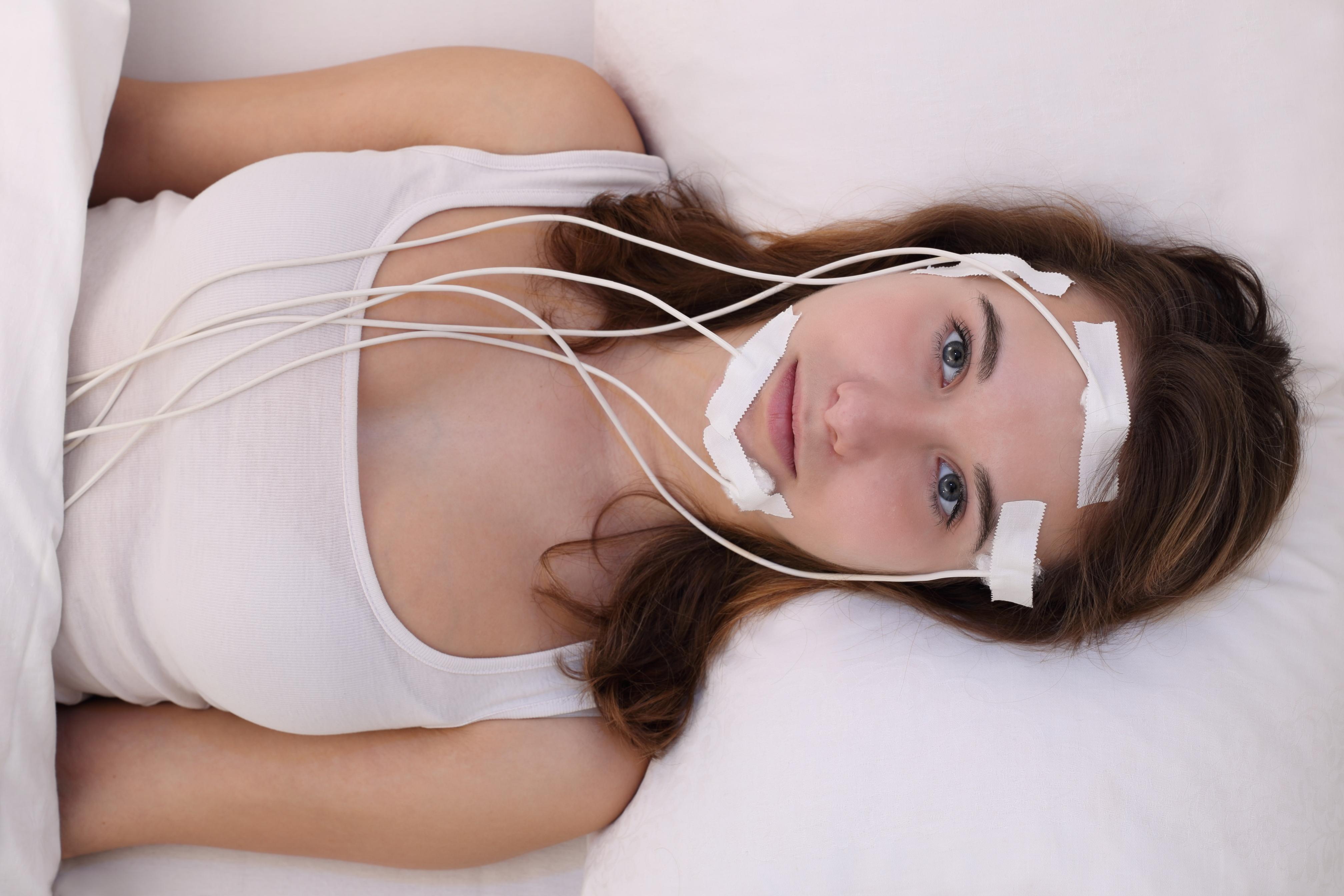 Eine Frau wird in einem Schlaflabor verkabelt