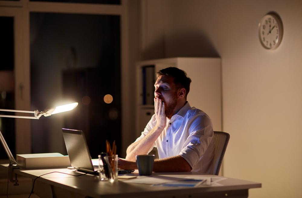 Ein Mann arbeitet spät in der Nacht in seinem Büro