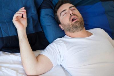 Ein Mann leidet unter Atemaussetzern während des Schlafens